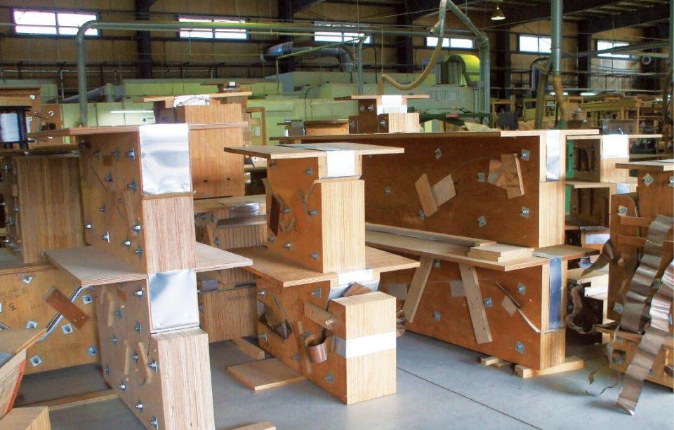 TAKE Create Hagiの工場。家具の図面に合わせて製作した竹を曲げる木枠が並ぶ