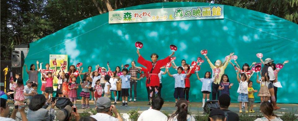 井の頭公園内に設置された「森のわくわくステージ」で踊る、「まことちゃん」の作者・楳図かずお先生(中央)とグワシ!ダンサーズの皆さん。会場は熱気に包まれた