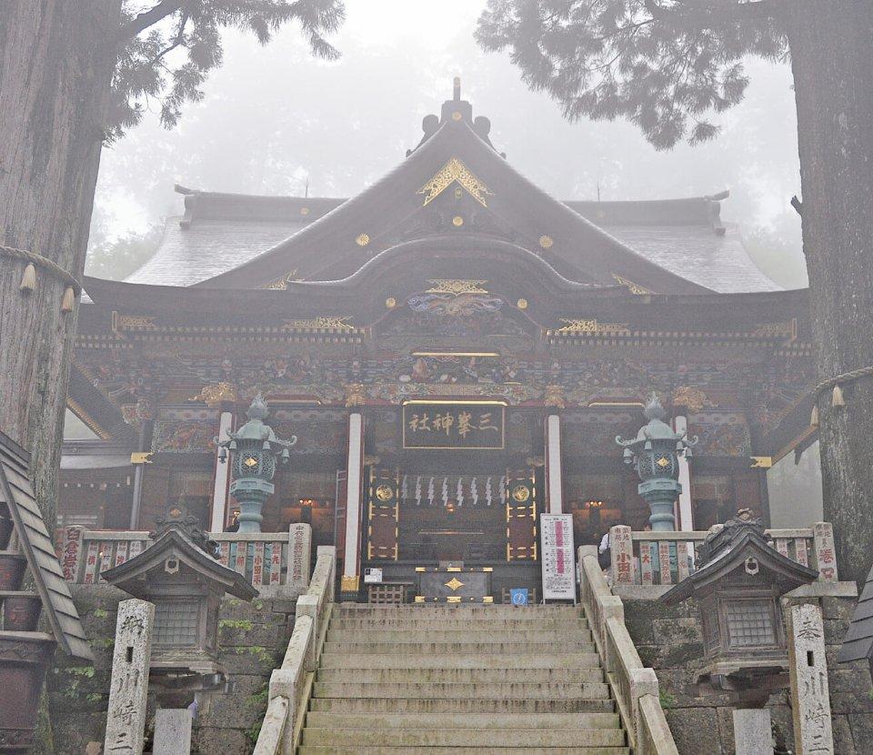 近年パワースポットとして注目を集める三峯神社。毎月1日に限定で売り出される白いお守りが人気だ