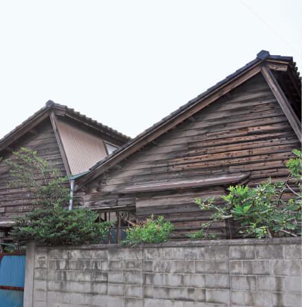 養蚕で栄えた秩父のまちには、今でも「のこぎり型」の屋根が残っている