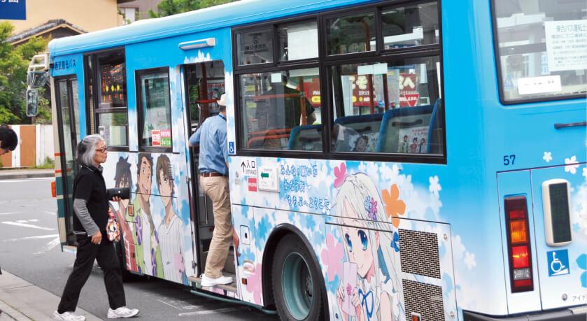 秩父を舞台にしたアニメ「あの日見た花の名前を僕達はまだ知らない。」(あの花)のラッピングバス