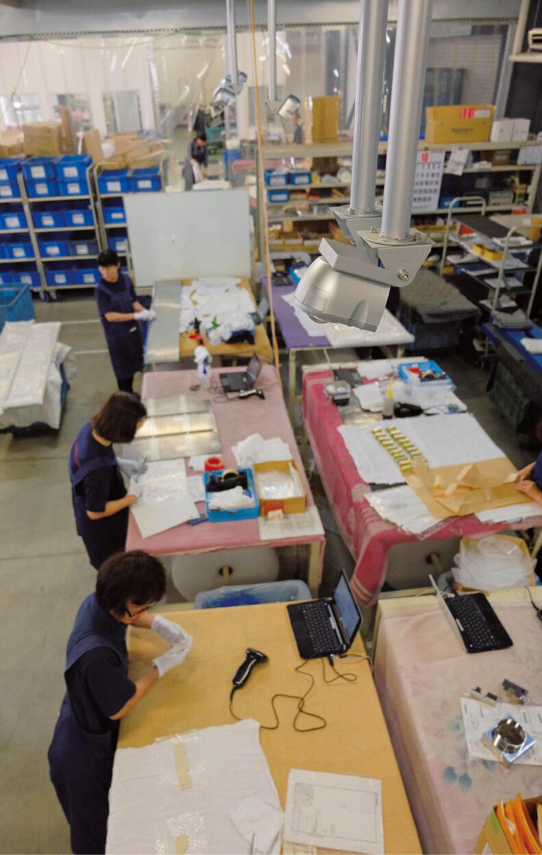 作業台の上に設置されたカメラ。従業員の反発を招くどころか、まじめに働く姿を見てほしいと歓迎された