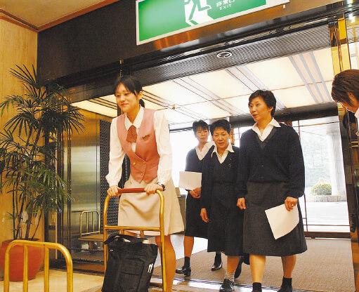 所属部門を問わず、ホテル業の基本である接客や部屋案内の研修を受け、手が足りないときはヘルプに駆けつけられるスキルを磨く。特に閑散期は集中的に研修が行われる