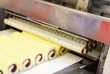生柚子と最高級の白双糖(しろざらとう)を加えたあんを、ふっくらした生地で巻いてスライス。こだわりのタルトが完成だ