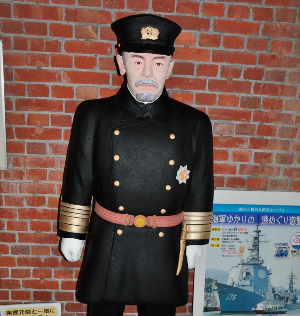 旧海軍の舞鶴鎮守府の初代司令長官だった東郷平八郎の像