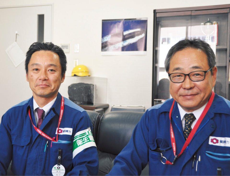 関西電力舞鶴発電所。関西電力唯一の石炭火力発電所だ。「地元の協力がないと絶対にうまくいきません。地域との結びつきを強くする取り組みも積極的に行っています」と語る関西電力の濱岡俊孝さん(右)と松下浩士さん