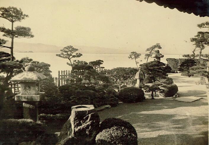 明治21年、開業のころの庭園。芥川龍之介、高浜虚子、川端康成、島崎藤村など多くの文人墨客から愛された(皆美館)