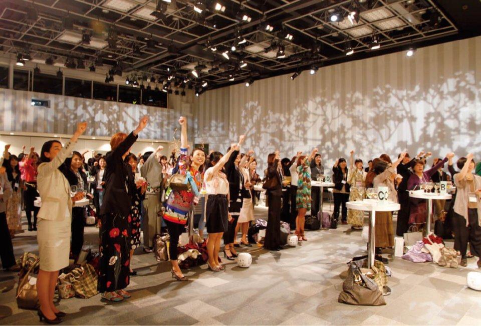 平成21年、日本を元気にする源として期待されている女性起業家300人が集まって「不況を吹っ飛ばす!」をテーマに開催した「J300」。その後、毎年開催している
