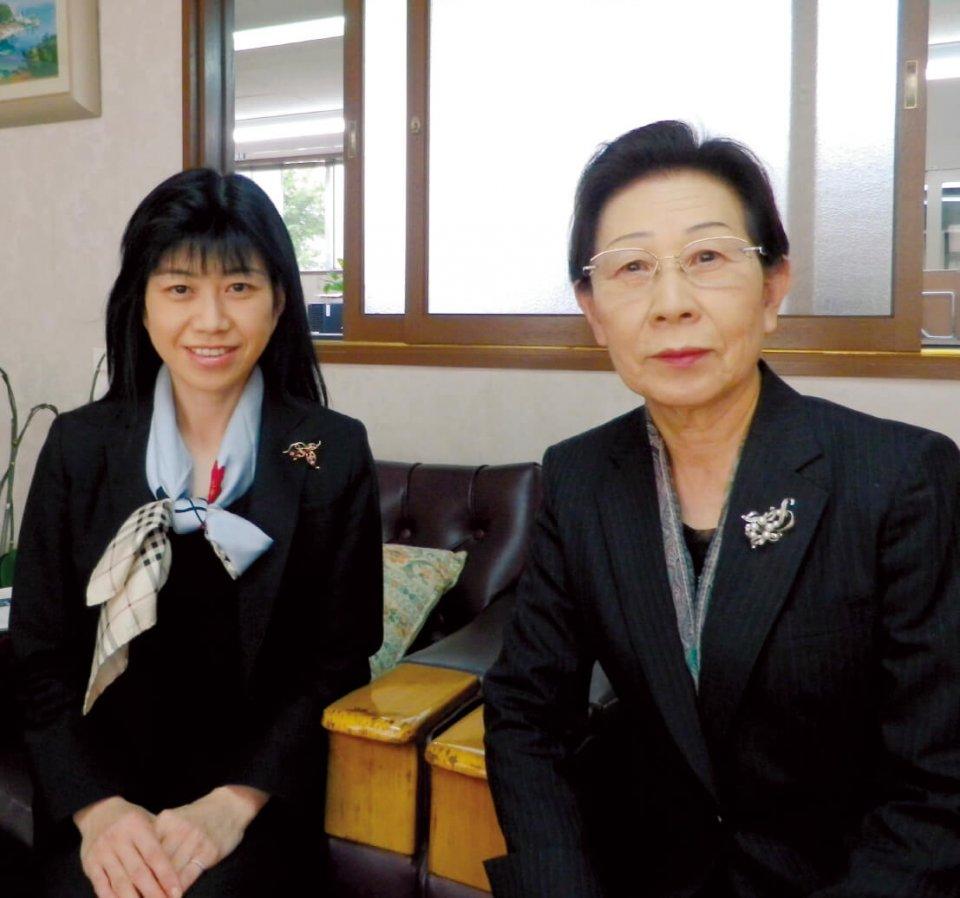 二代目社長で現会長の節子さん(右)と、現代表取締役社長の万希子さん
