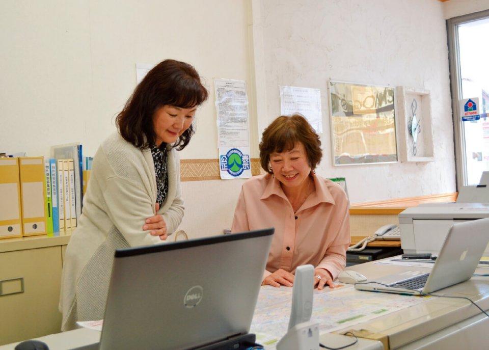 現在、スタッフは竹名さん(右)と女性1人。「数年前から2人体制に。彼女を雇用したことでこれまで以上に責任感が出てきました」