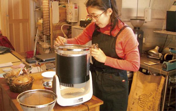 焙煎作業は常に真剣勝負。天候や気温も考慮に入れて、豆本来のおいしさを引き出す