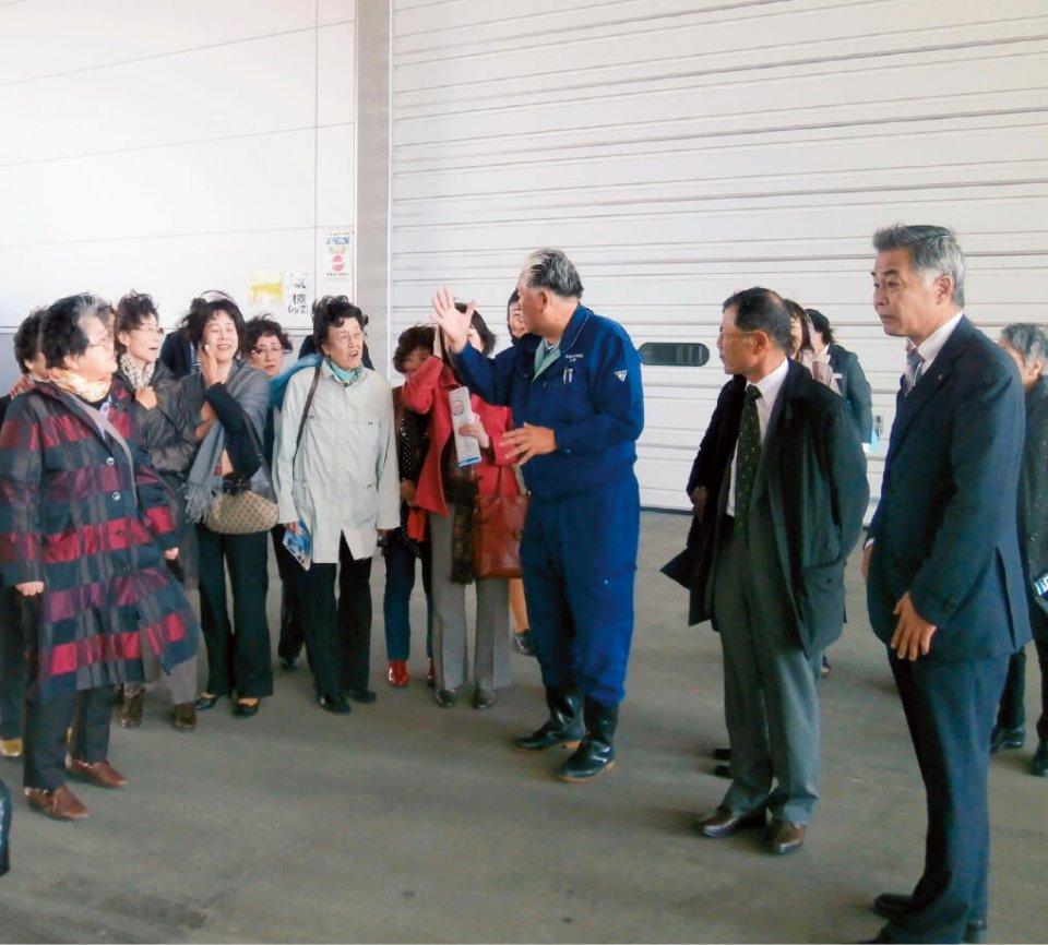 石巻魚市場の新施設を見学中の四日市女性部メンバー