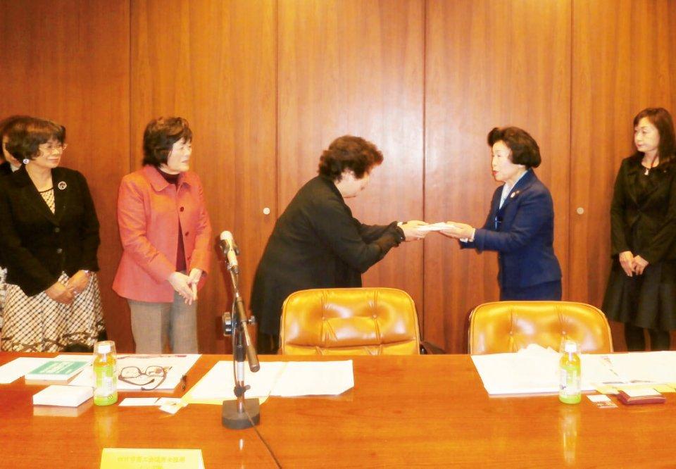 四日市女性部の数馬会長(左から3人目)から、宮城県商工会議所女性会連合会平賀会長(右から2人目)へ義援金が贈呈された