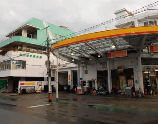 甲府セントラルSS(サービスステーション)と隣接している吉字屋本店の本社屋。吉字屋ではセルフの場合でも、「給油以外はフルサービス」をモットーにしている
