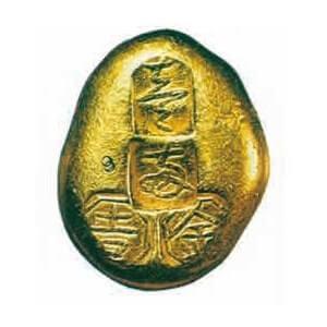 吉字屋の屋号の元となった「露壱両金」と呼ばれる甲州金。甲州金の中で最大で、芋の葉にたまった露の形をしている。「吉」の刻印が見える