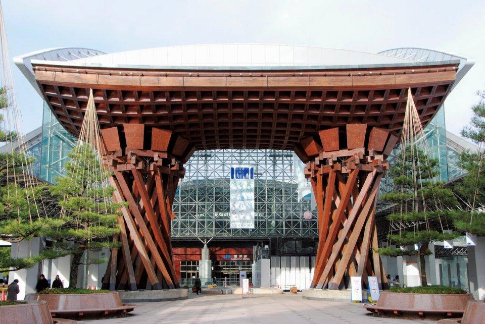 JR金沢駅東口にあるまちの象徴的存在で、伝統芸能に使われる鼓をイメージした「鼓門(つづみもん)」。北陸新幹線開通に合わせ、東口は兼六園口、西口は金沢港口と、名称が変更される