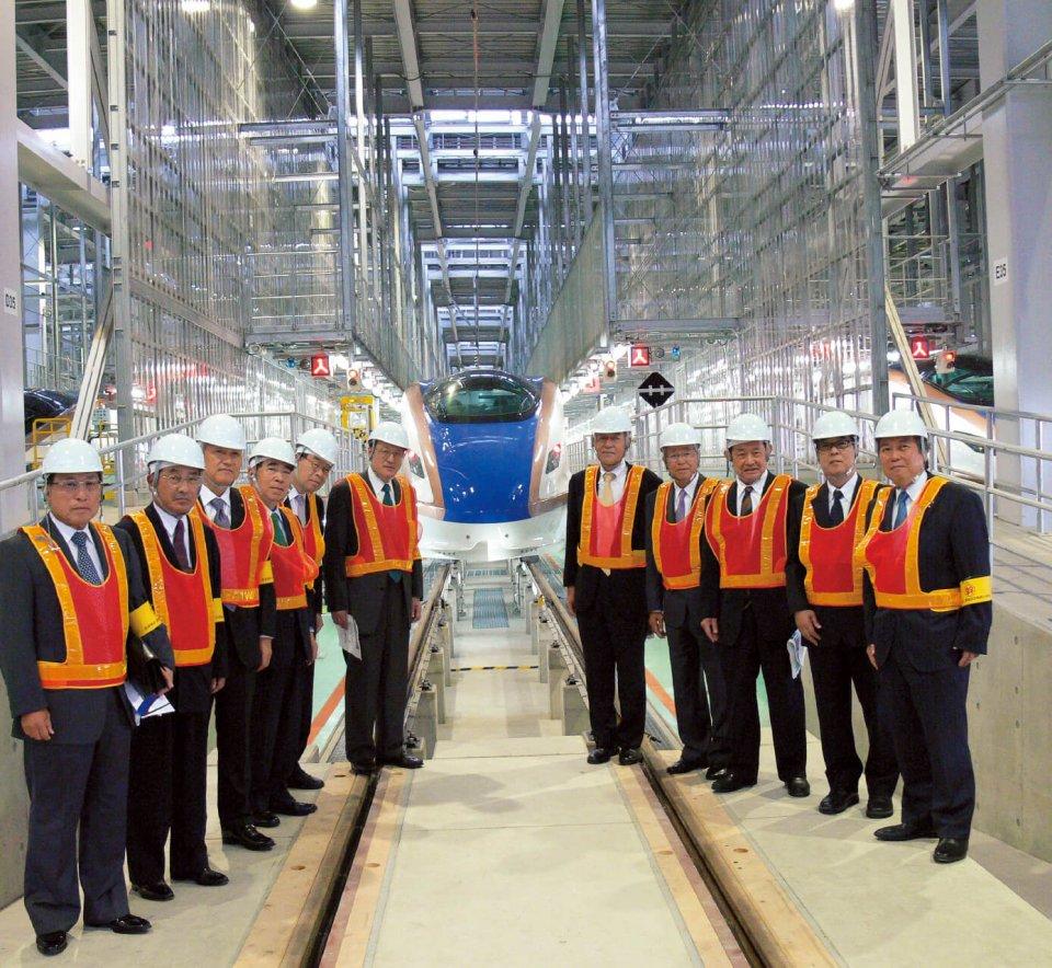 新幹線対策特別委員会のメンバーは北陸新幹線W7系車両を視察に訪れた