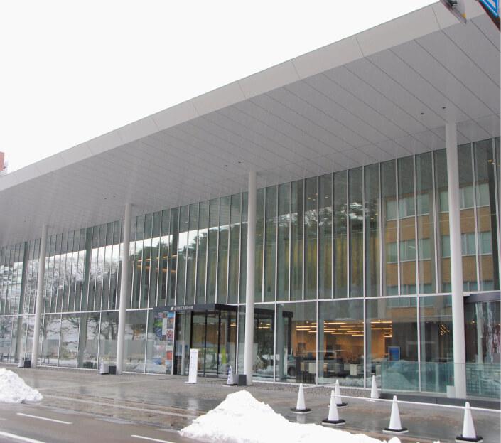 平成26年3月に竣工した金沢商工会議所会館。モダンな中にも、金沢城公園に隣接する周辺環境に溶け込むよう配慮されている