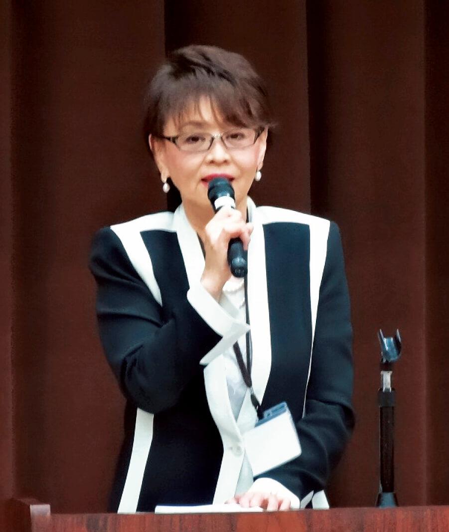 あいさつに立った吉村和子初代会長。商工会議所との連携と、今後の女性会活動への意欲を語った