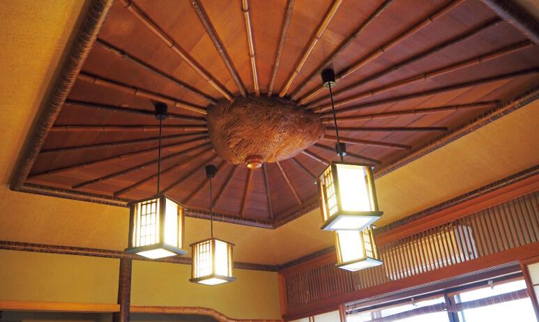 若山牧水が好んで使った部屋の天井は、昔のままだ