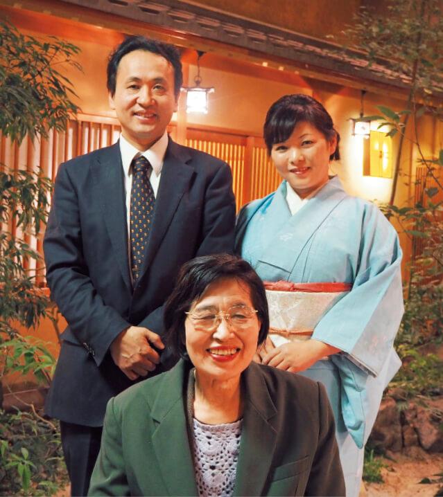 今は社長夫婦(後左は篠澤明剛社長、右は若女将の真理子さん)が主となってホテル経営に携わっているが、「ここは曲げちゃいけないというところは口を出させてもらっています」と大女将の千春さん(中央)は話す