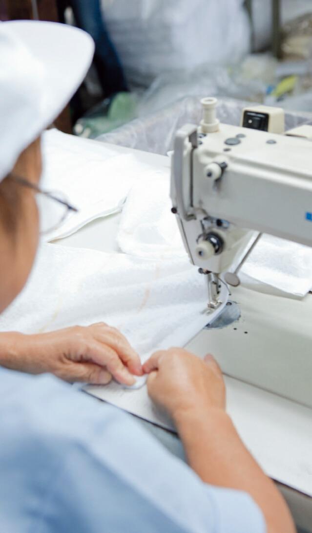 タオルの両端にミシンをかけていく。折り目ギリギリのところを素早く縫っていくのは、まさに職人技