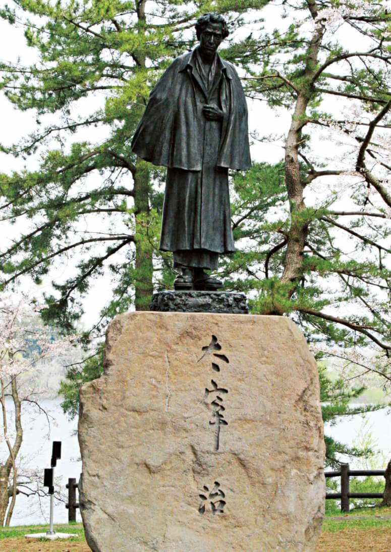 作家太宰治は五所川原市内の金木地区出身。生誕100年の節目である平成21年に銅像が建立された。毎年6月19には生誕祭がおこなわれる