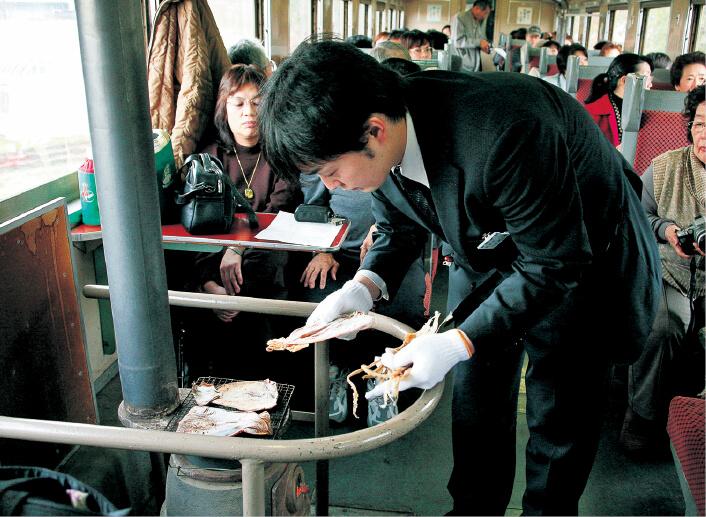 冬の津軽鉄道。冬の期間に運行されるストーブ列車では、ストーブでするめなどを焼いて、その場で食べられる