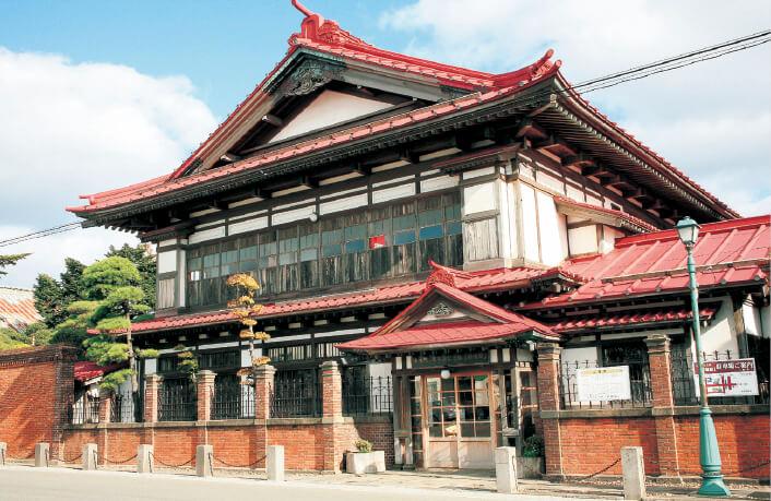 太宰治の父である津島源右衛門が明治40年に完成させた邸宅、「旧津島家住宅」。現在は、太宰ゆかりの品々が展示される記念館となっている