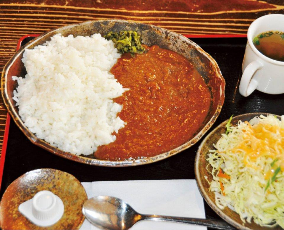 金木地区で昔から食されている馬肉鍋をヒントに開発された「激馬かなぎカレー」は、喫茶店「駅舎」で楽しめる。姉妹品の「さくらカレー」(レトルト)も好評だ