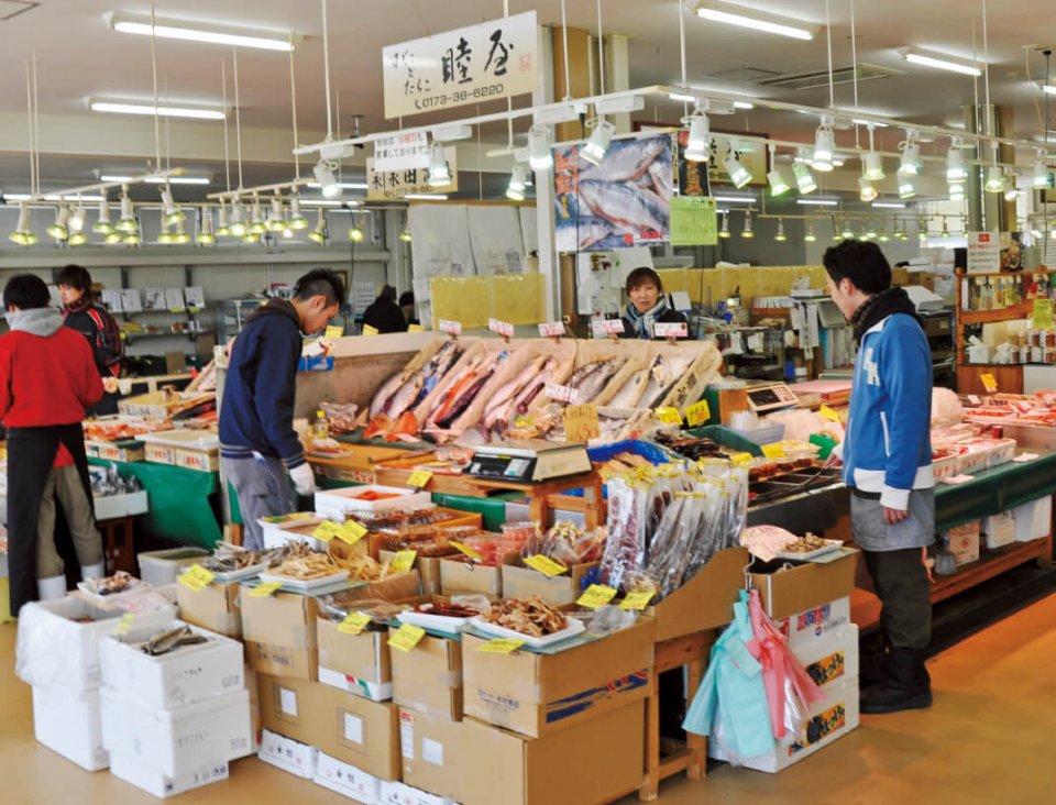 立佞武多の館に隣接する生鮮市場。青森県は三方を海に囲まれており、海の幸に恵まれている