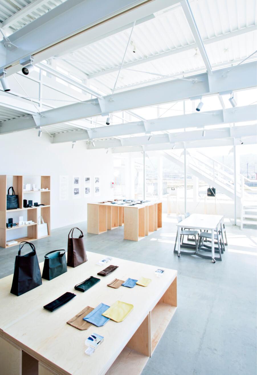 東かがわ市の革製品メーカー・ルボアの工場兼デザインショップ。お客とつくり手の互いの顔が見えるところが最大のメリット
