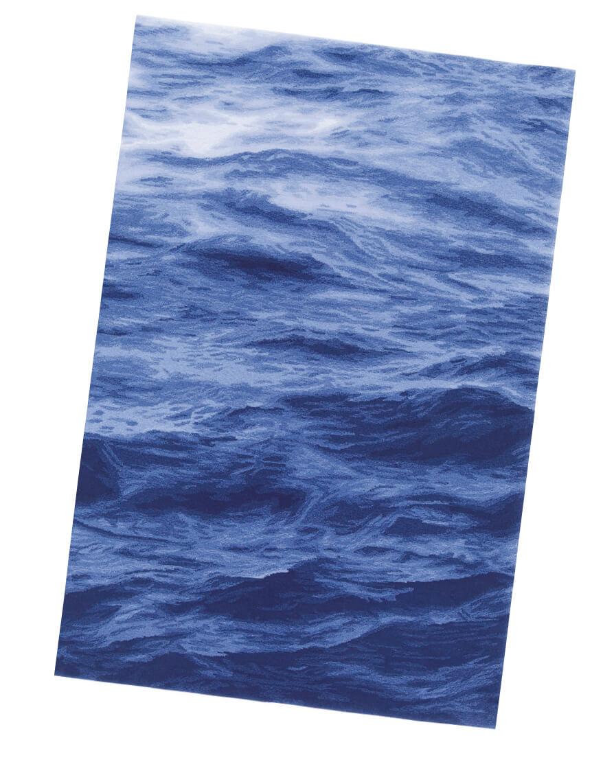 世界的工業デザイナー・奥山清行氏による「UMI」。ダイナミックな海の一瞬が切り取られ、色の存在感や動きのあるぼかしで表現したデザイン