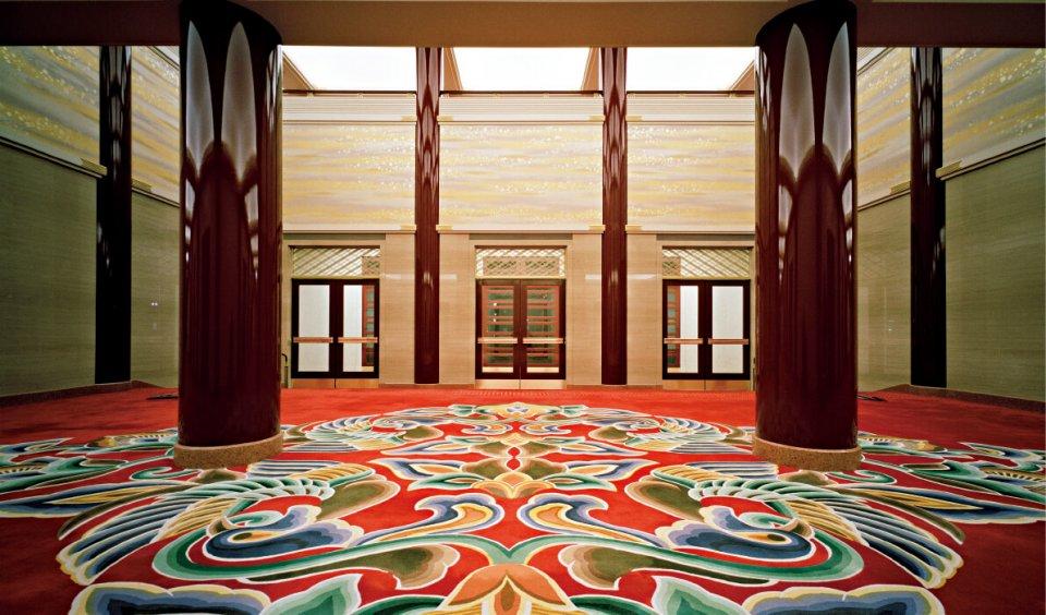 平成25年にこけら落としが行われた歌舞伎座玄関ロビー。訪れた客をまず、山形緞通が迎えてくれる。協力/松竹株式会社・株式会社歌舞伎座