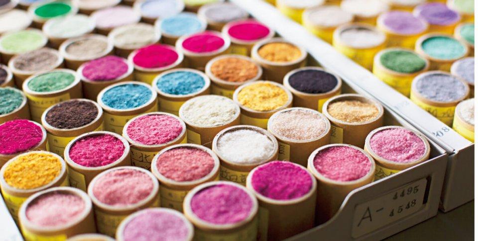 これまでに染めた毛糸のストックは約2万色にも上る。「山形緞通」ならではの技術と色彩から日本の豊かな自然や風景が生まれる