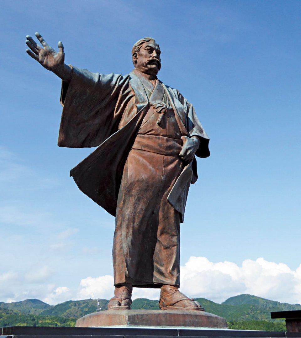 三菱グループの創始者である岩崎弥太郎の銅像。同氏の生家もすぐ近くにある
