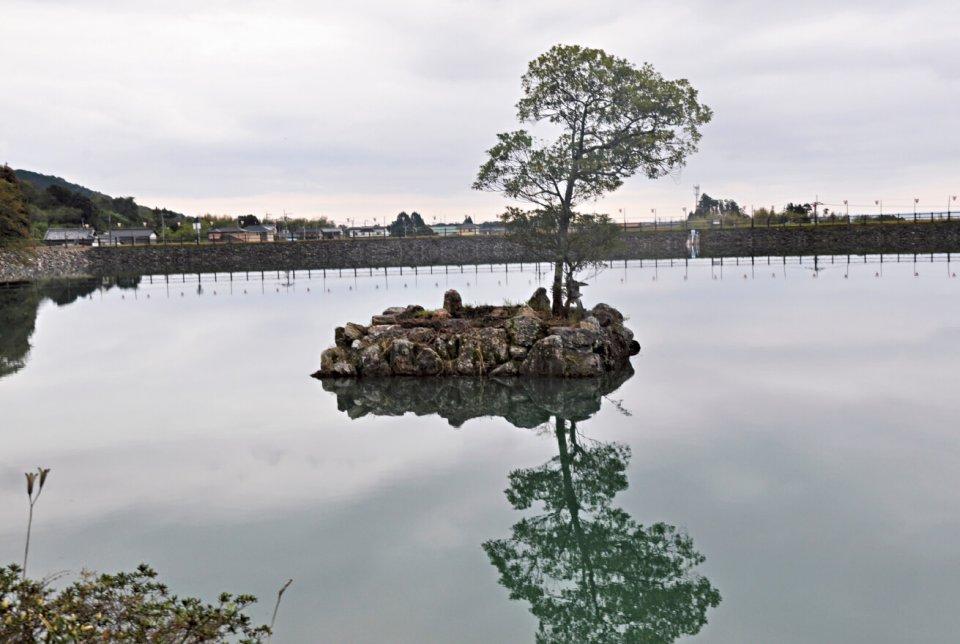 内原野公園内にある弁天池。土居五藤家五代当主の正範が築造したといわれる。 池を囲む公園は元五藤氏の野外遊園地で、季節によってつつじや菖蒲などが楽しめる
