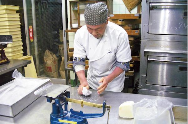 厨房ではいつも真剣勝負が信条。丹精込めた商品づくりが80年続く老舗を支えている
