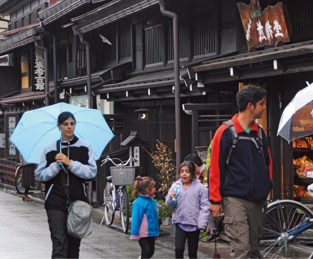 日本の地方に残る古いまち並みは、外国人観光客にとって大きな魅力となる