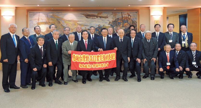 25年の「福台友好交流の翼」参加者が震災復興支援に対するお礼の書かれた横断幕を掲げて、中華民国三三企業交流会と台日商務交流協進会の関係者と記念撮影