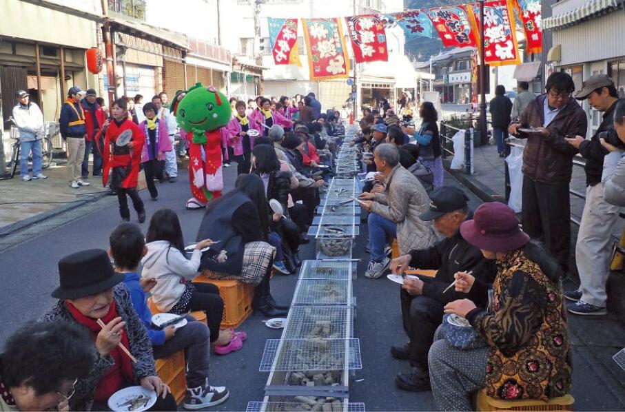 「第3回熊野きのもと『さんま祭り』」。「さんま丸干し1000本ふるまい」が人気で、冬の閑散期に観光客の誘致が期待できるイベントに育ちつつある