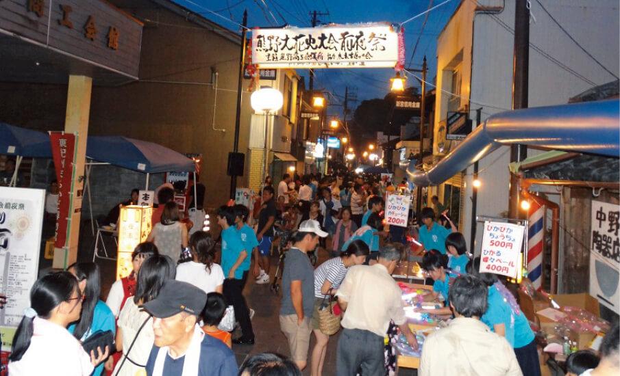 夏の大イベント「熊野大花火大会」は前夜祭から盛り上がる。熊野商工会議所の前の道路では「古道通り夜市」が開催され夜店が並び、夜遅くまでにぎわう