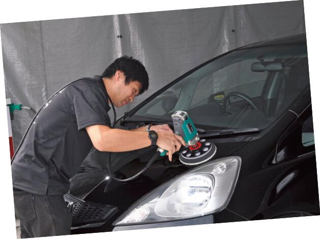 「お客さまの車は自分の車だと思って取り組んでいます」と語る小松さん。茂井さんは「同じ業界の道しるべとなり、地域社会に還元してほしい」と期待をかける