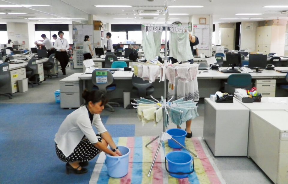 朝礼後は、役職に関係なく全社員がオフィス内の掃除を行い、終わった人からデスクにつく