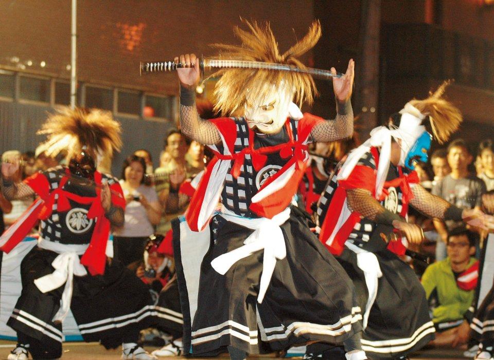 鬼剣舞(おにけんばい)。鬼ではなく仏の化身。1300年前に、天下泰平・五穀豊穣・万民繁栄を願って舞った念仏踊りが始まりとされ戦の出陣・凱旋の際に踊られたのが広く世に伝わったといわれている。「北上・みちのく芸能まつり」ではいかめしい鬼の面をつけた踊り手が勇壮に舞う。かがり火の前で200人の踊り手が一斉に舞う「鬼剣舞大群舞」は圧巻