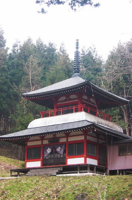 平安時代中頃に栄えた山岳寺院「国見山廃寺跡 (極楽寺)」。国見山一帯は古代仏教文化の中心地で平泉が繁栄を迎える200年以上前に栄えたといわれている