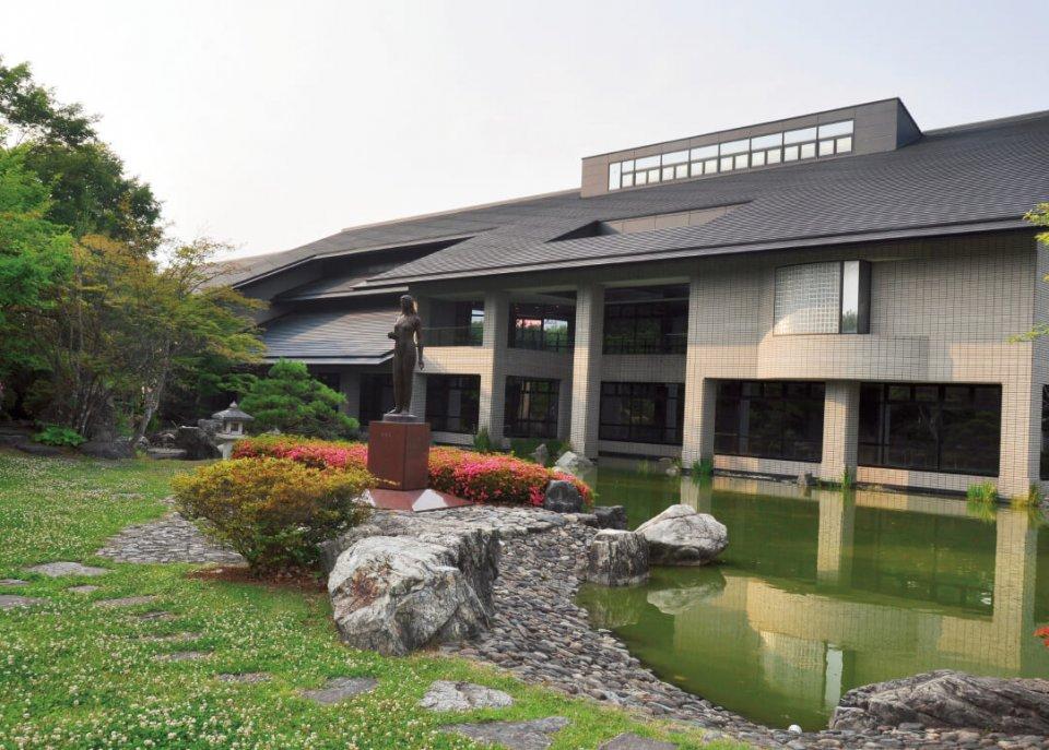現代詩や短歌、俳句、川柳など全国で唯一の現代詩歌専門の総合文学館「日本現代詩歌文学館」