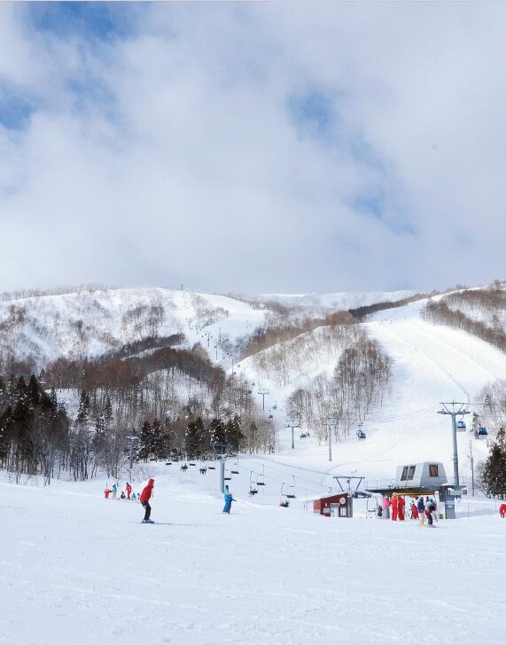 初心者から上級者まで本格的なスキーが楽しめる夏油高原スキー場。全14コースある