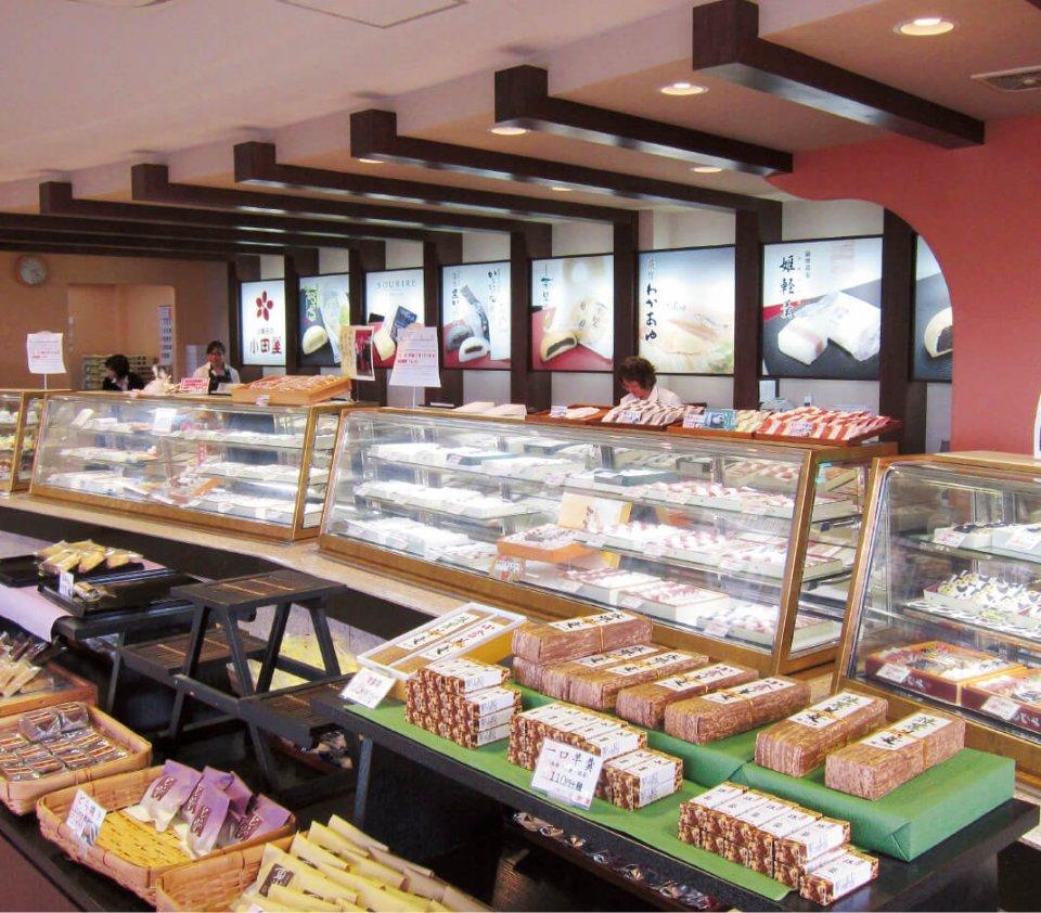 小田屋本店の店内。さまざまな商品を取り揃えている