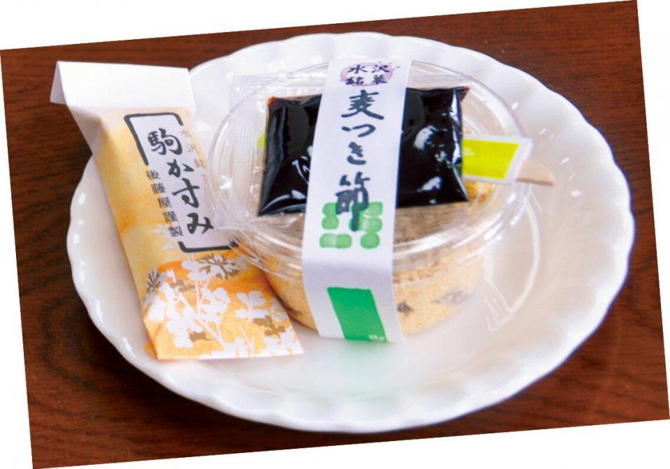 銘菓「麦つき節」と「駒かすみ」。中尊寺の茶室で出されるほどの逸品。「麦つき節」はもちに黒蜜、きな粉をまぶして食べる。「駒かすみ」はねり切りあんにクルミと大納言を入れたもの